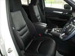 運転席はブラックを基調とした厚手の布地を採用しています。座り心地やサポート感も良好です。禁煙車で走行も16千kmと少なく、綺麗な内装も魅力的です。車検も長く(5年3月)、お買い得感の高い商品です★☆★☆