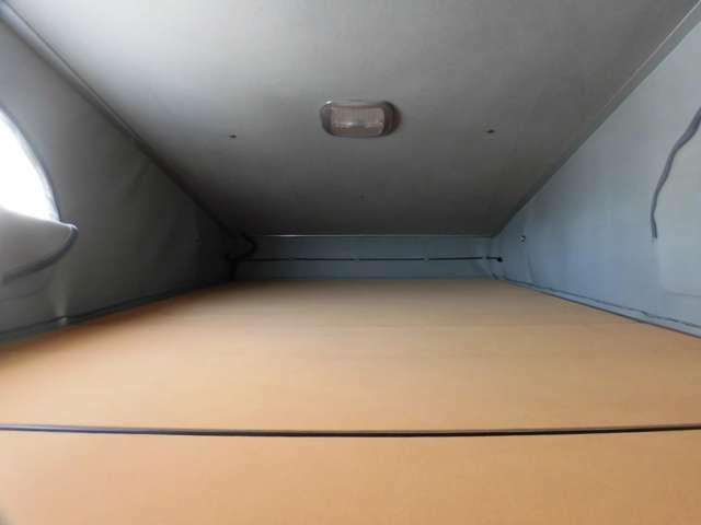 ポップアップルーフを展開すれば二階にも寝室ができます