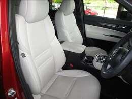 パワーシートでぴったり合ったドライブポジションで運転♪いつでも同じ位置に合わせられるメモリー機能付き♪