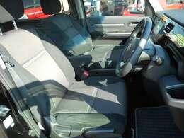 運転席です。内装色は黒とグレーのツートンカラーです♪