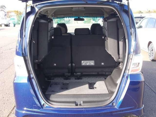 簡単に収納できる後部座席!大空間が出現します!シートアレンジが多彩な点もHONDAの特徴です!レジャー用品も積み込めますよ☆もちろん安全のためにしっかり固定することができます。