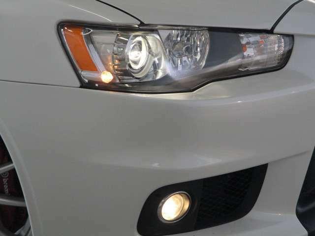 前照灯はオートライト機能HIDヘッドランプ ハロゲンフォグランプ装備