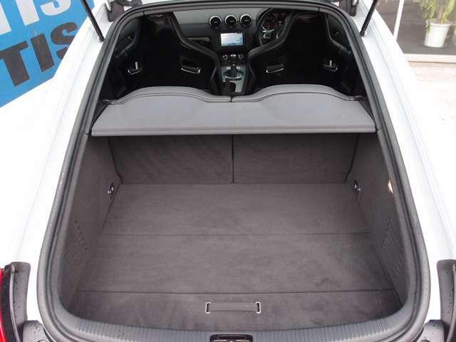 分割可倒式リアシート付きのトランクは、広く使えて、とても便利 お問い合わせください 0066-9711-224530
