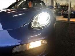ヘッドライトは986型のような涙目型ではなく、911(997型)とカレラGTの中間のようなやや尖った楕円形になりました。