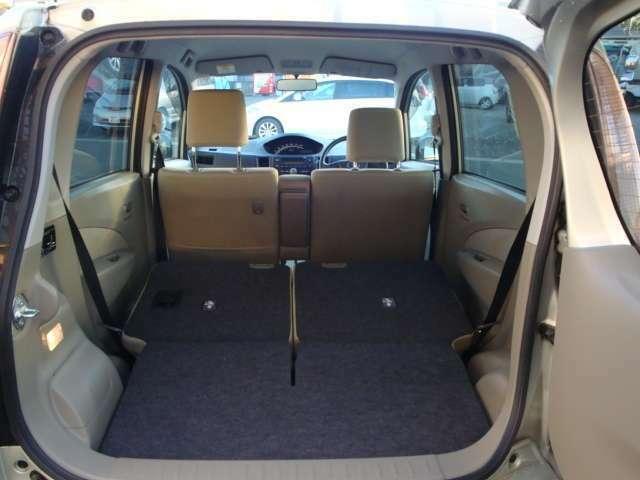 後部座席を倒すことでラゲッジスペースの拡張が可能です。