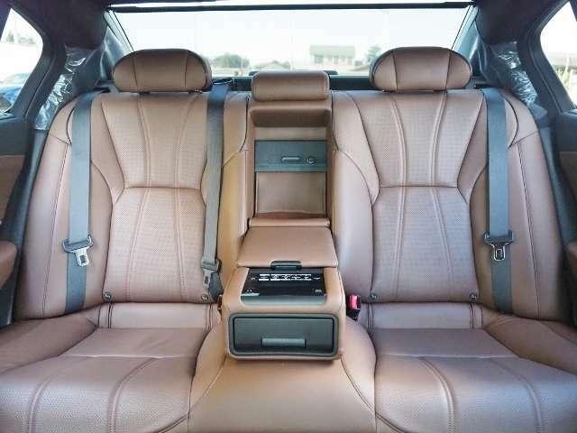 リヤオートサンシェード付きですので、直射日光を遮ってくれます。 リヤシート(左右)にもシートヒーターが内蔵されています。