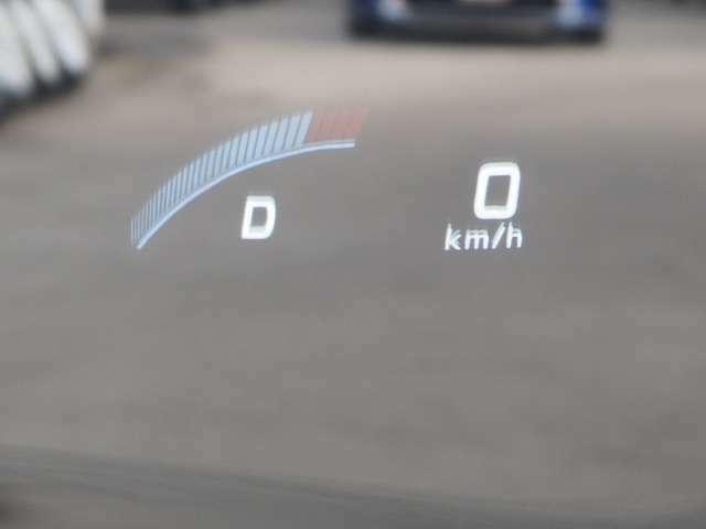 運転中の視線の線上に情報を映すヘッドアップディスプレー