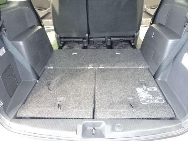 バックドアを開けて、サードシートをトランク部に収納するとフラットな荷室に早変わり♪