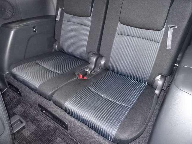 サードシートは、こんな感じです。 背もたれの横についているひもを引くと簡単にシートを倒してトランク部に収納できる優れもの♪