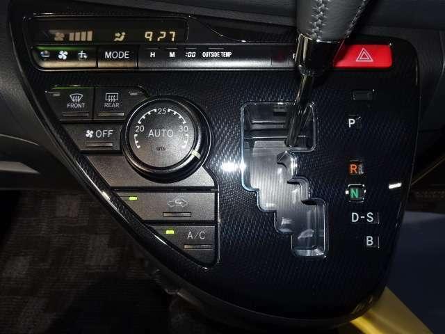 シフトパネル&空調パネル。 使いやすいスイッチのオートエアコンですよ♪