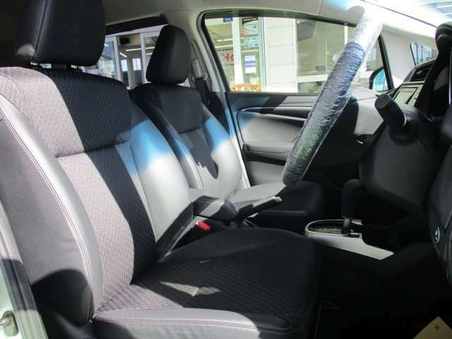 運転席と助手席は長時間運転しても疲れにくいシートとなっております☆
