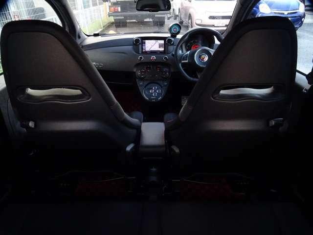 マットブラックのシートバック越しに運転席を見る・・・(続く)
