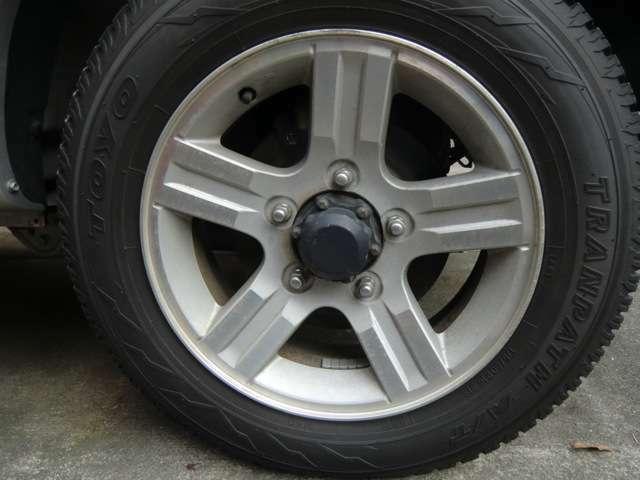 アルミホイールです。スチールホイールと比べて軽いため、ハンドル操作性&車の燃費が向上します!タイヤの溝も十分あります!
