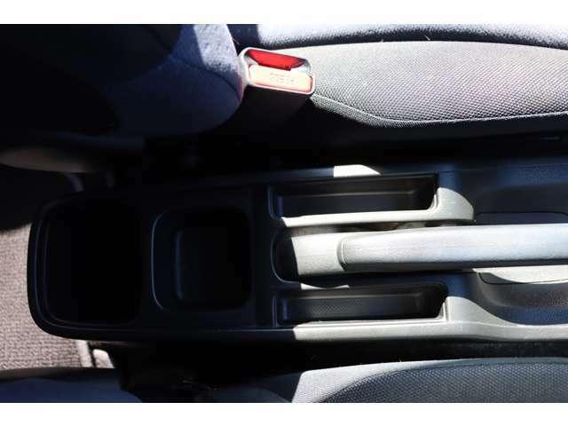 後席の方へのドリンクホルダーとちょっとした小物入れはあると便利ですよね☆
