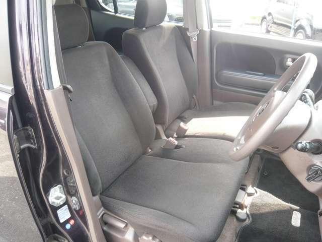 シートカラーはダークブラウンになります。こちらは、フロントシートです。