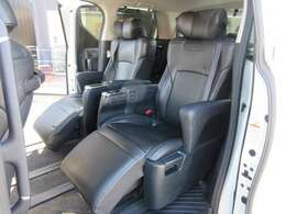 大人気のエグゼクティブシート付♪ オットマン付きのブラック本革シートカバーで高級チェアのような仕上がりになっております♪ 背もたれと、オットマンが電動になっております♪