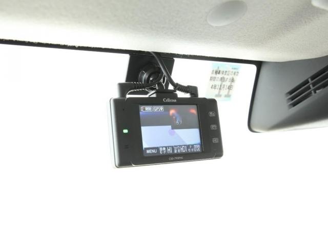 嬉しい前後ドライブレコーダー付き!フロントの本体に前後の映像が同時に映せます!