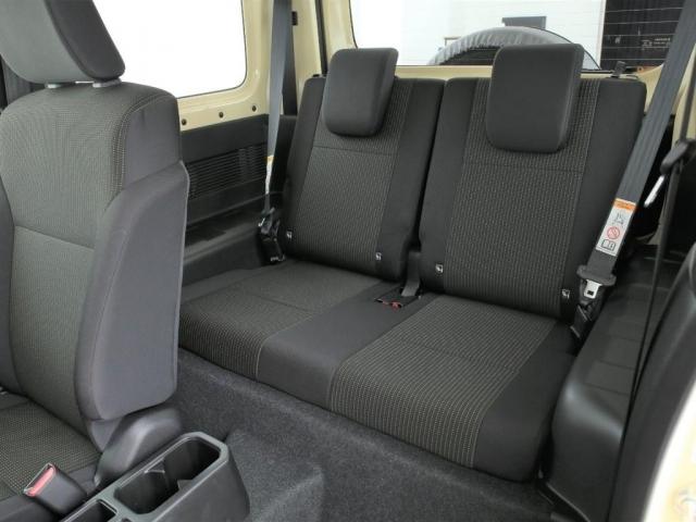リクライニング機能付きのセカンドシート!2人掛けの乗車定員4人となります!