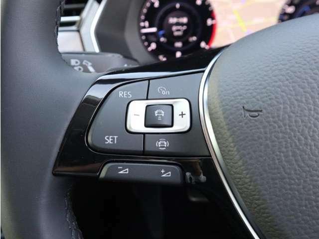 ステアリング左手側の「ACC」(アダプティブクルーズコントロール)の操作スイッチ。設定したスピードを上限に自動で加減速し、一定の車間距離を保つことでロングドライブの疲労を軽減します。