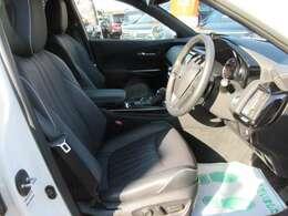 専用インテリア&シート♪ ブラック本革シートで高級感があり、質感もよく、長距離ドライブも快適です♪