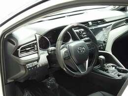 輸出仕様がベースのため、コックピットは左ハンドルです。別途オプションでのカーボンステアリングも装着可能です。スポーティーな高級感を演出し、個性や優越感が、さらなるドライビングプレジャーへ