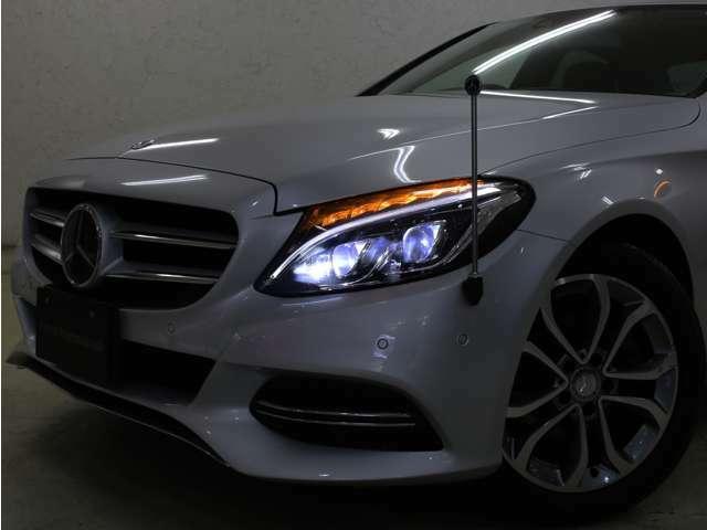 強力な白色光で遠く広く照射するバイキセノンを搭載!夜間になると自動点灯する便利なオートライト機能付きで点灯し忘れも防ぎます!