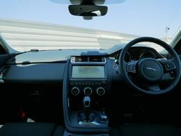 ドライバーを取り囲むように設計されたコックピットは、すべてのコントロールとダイヤルが操作しやすい位置にあり、刺激的なドライビングに集中できます。