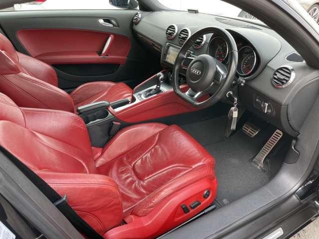 赤い本革シートで綺麗な内装!パワーシート&シートヒーター付です!!