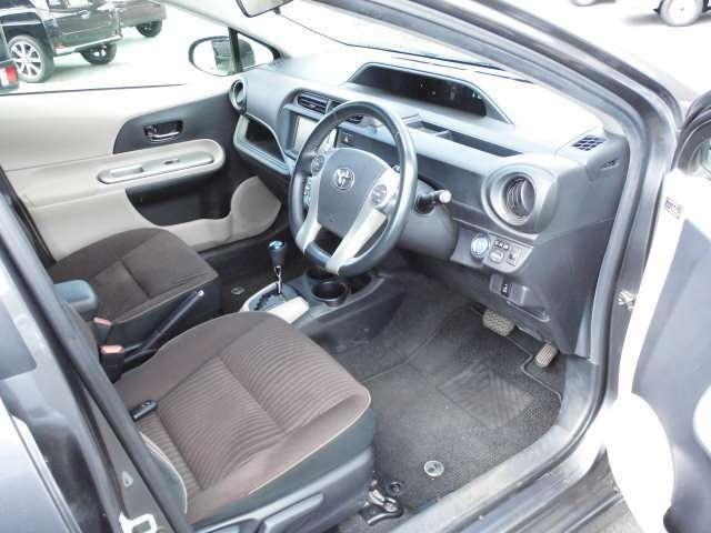 乗り降りしやすい運転席。ドアの施錠・エンジンオンオフはワンプッシュ!便利なキーフリー。