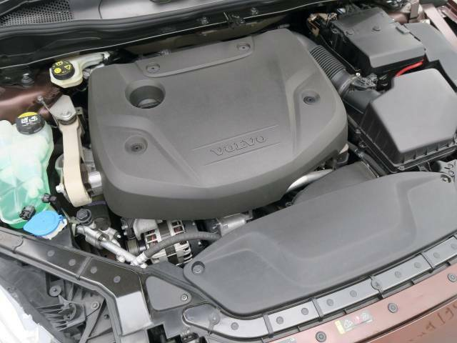 【D4エンジン(2.0L直噴ディーゼルターボ)】燃費性能を大幅に向上させながら力強いトルクによりドライバーを虜にさせます。
