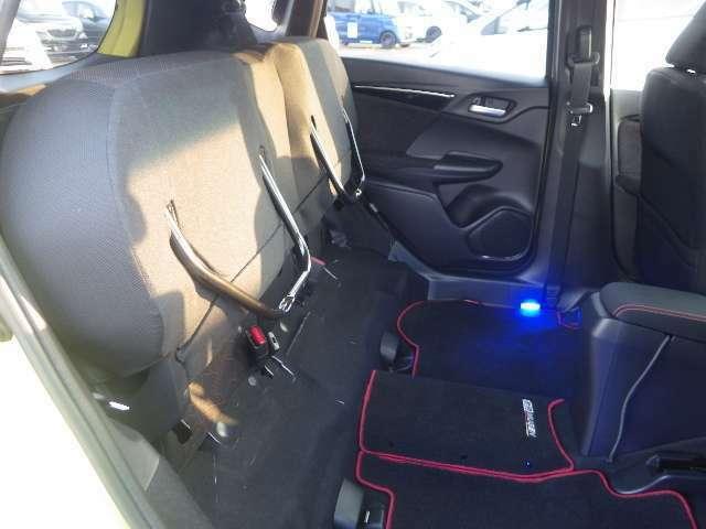 【リア席】リア席の利用度も高く背の高いお荷物が発生した場合は座面を背もたれ側につけて荷室としても利用できます。