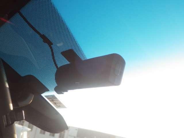 【ドライブレコーダー】走行中の動画を記録していきます。急ブレーキなどを感知した場合には、その記録が一定数上書きされずに保存される機能も付いています。万が一の際に、直前の状況を把握する手助けとなります。