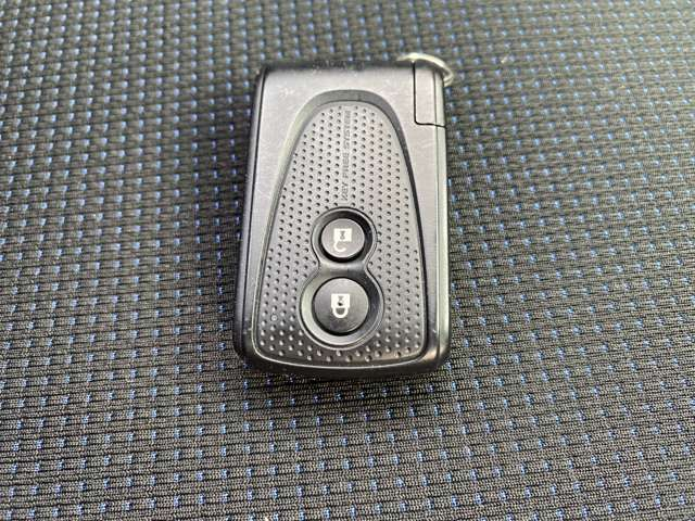 [スマートキー]キーがホケットやバックの中にあってもスイッチを押すだけでドアのロック・アンロックが出来ちゃいます!お買い物で両手がふさがっていても指先ひとつで操作可能でらくらくですね♪
