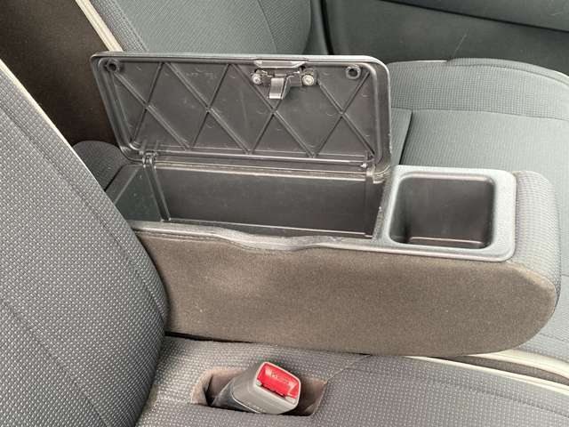 運転席の肘掛けにドリンクホルダーと小物入れが付いていて便利です!