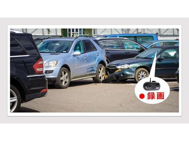 駐車中も記録駐車中も記録を行い、いたずらや当て逃げにも対応します。動作感知+衝撃感知記録での録画となります。 ※G(加速度)センサーで衝撃を検知すると、衝撃前後の映像を専用フォルダに記録します。