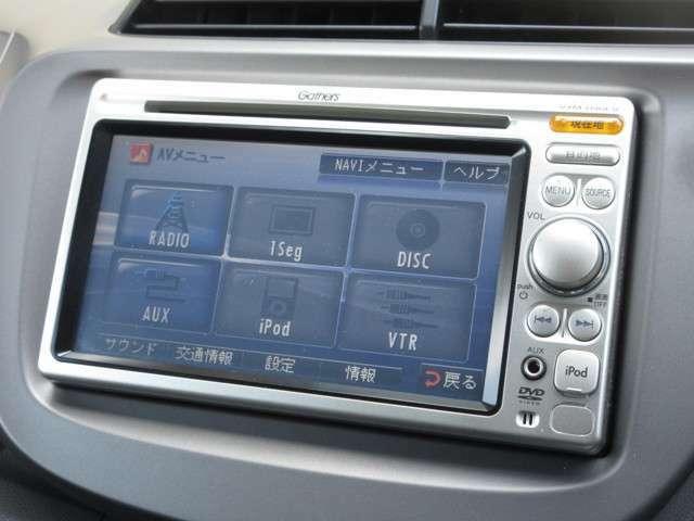 ナビゲーションはギャザズメモリーナビ(VXM-090CV)を装着しております。AM、FM、CDがご使用いただけます。初めて訪れた場所でも道に迷わず安心ですね!