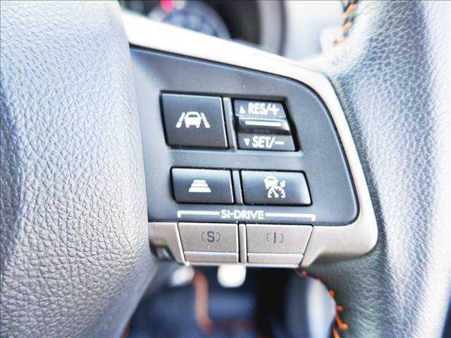 【レーダークルーズコントロール】高速道路で便利な自動で速度を保つクルーズコントロールが、衝突軽減システムと連携し、前方の車両を感知して車間を保つよう調整してくれます♪