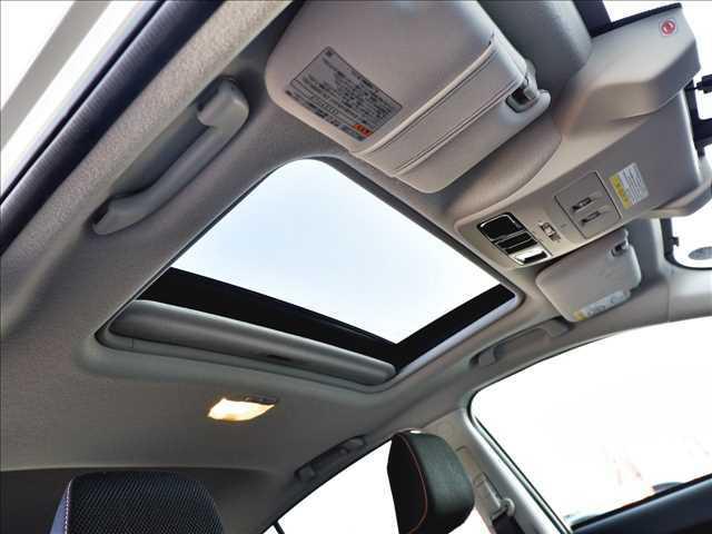 【サンルーフ】メーカーオプションのサンルーフを装備!車内には解放感が溢れ、鮮やかな光が差し込みます♪