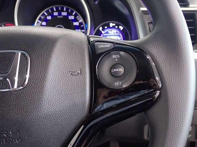 右側にはクルーズコントロールのスイッチ!長距離ドライブも快適に運転できる装備です!