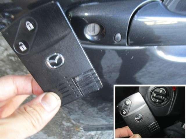 スマートキーレスエントリー装備車!手荷物が多い時わざわざ鍵を取出すのは手間ですよね?でも、これは持ってるだけでOK!ロック・アンロック・エンジン始動など全ての操作が鍵を取り出さずに可能です!