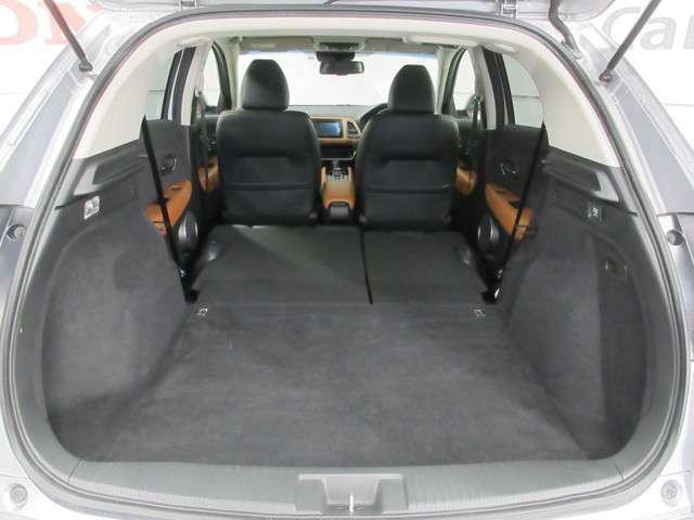 後席を両側ともに格納すれば、とっても広い荷室が作れます!大きな荷物も積載可能!