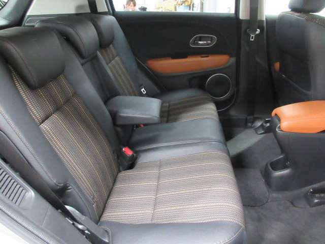 後席の足元も意外に広く快適な座席空間ですので、是非座ってみて下さい!