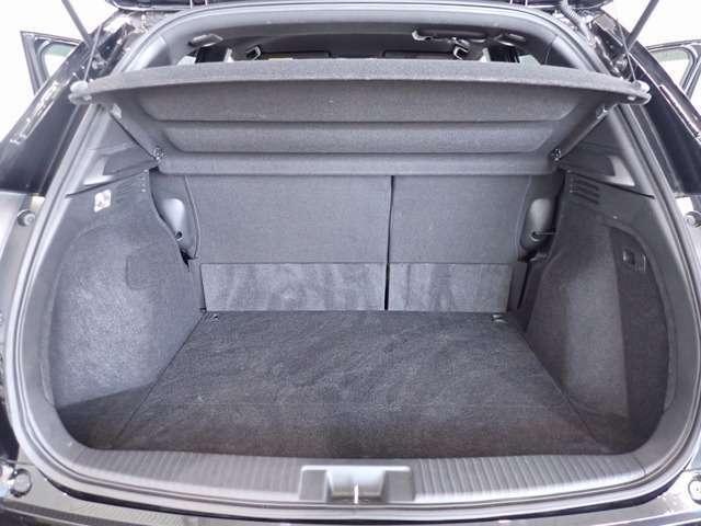 リアシートを倒さなくても、大きくて使いやすい荷室です!
