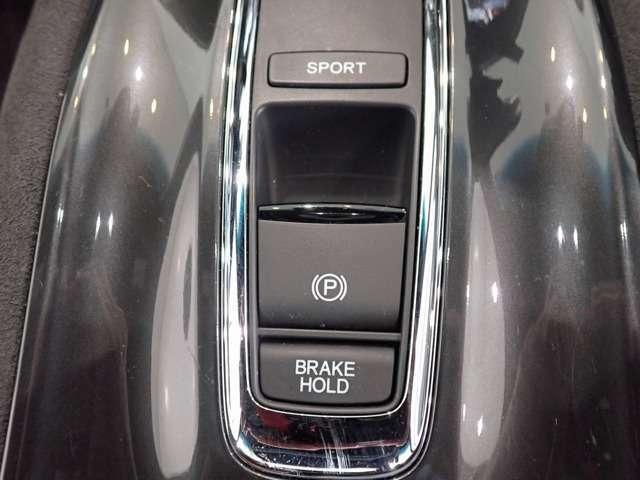 【ブレーキホールド】自動でブレーキを固定します。頻繁な信号待ちや渋滞で、なかなかクルマが進まない時も、運転終了後の足の疲れを大幅に軽減します