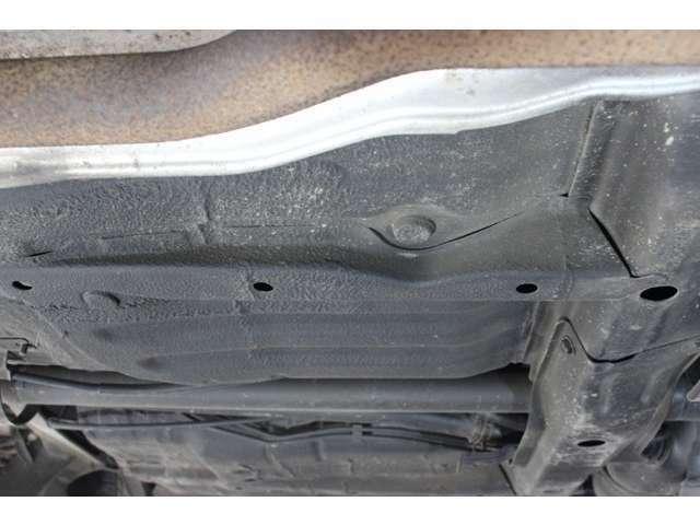 ◆こちらの画像の部位、床下のフレームは最後にサビる部分です。床下のフレームの継ぎ目にサビが出ているようなら、リアメンバーなど他の部分は相当サビています。中古車をお選びの際は十分お気を付け下さい。