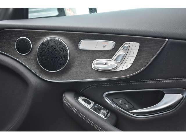 運転席には電動シートとシートヒーターを装備しております。