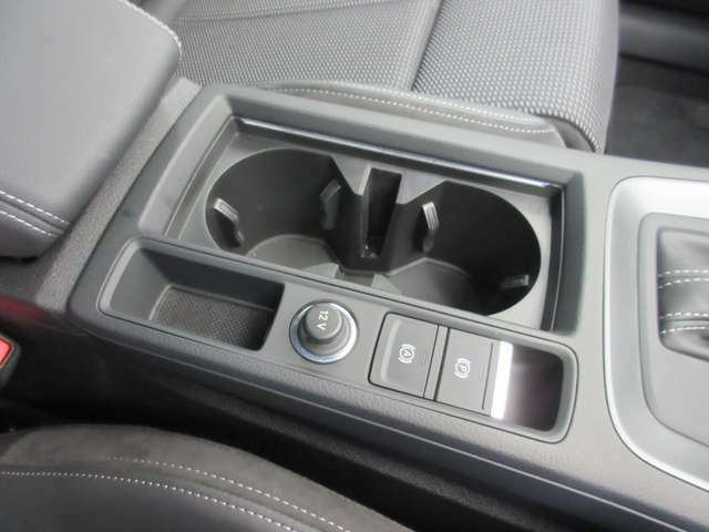 EPB(電動パーキングブレーキ)+オートホールド:サイドブレーキは手動ではなく、スイッチひとつで作動・解除、さらに停車状態を保持し信号待ち・渋滞時に重宝するオートホールド機能が快適な運転に役立ちます。