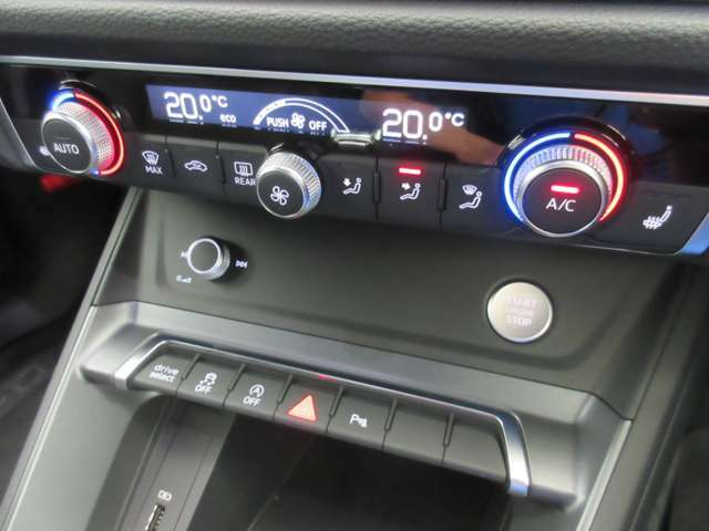 デュアルオートエアコン:左右独立温度調整機能付。運転席、助手席はそれぞれ適正でお好みの温度に調整可能です。しいシートヒーター付き。冬場は欠かせません。もちろん助手席もございます。