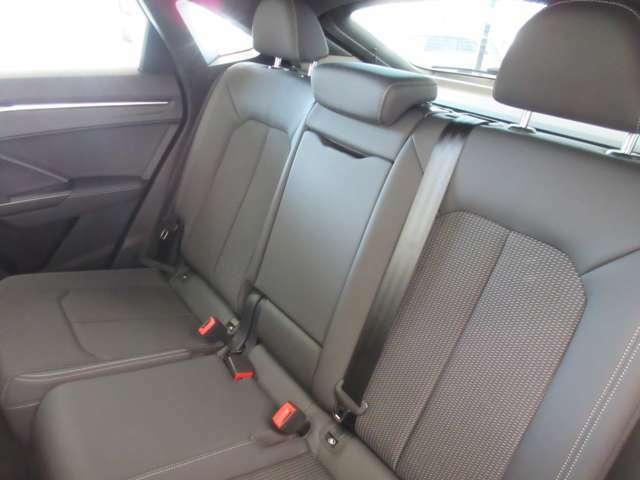 高品質で丈夫なハーフレザーシート。室内をより高級に演出しております。シート座面はスプリントクロスですので、通気性が良く滑りにくいので、どんなシーンでも快適な運転ができます。