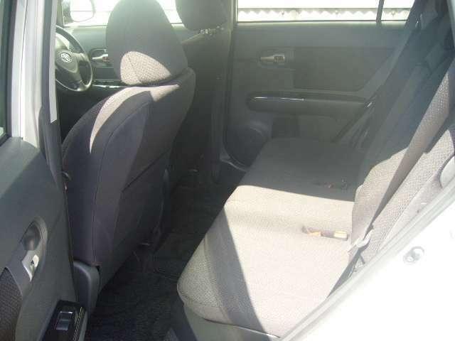 後部座席は固定式ですが、足元も十分な広さがり、シートの厚みもありくつろげます!